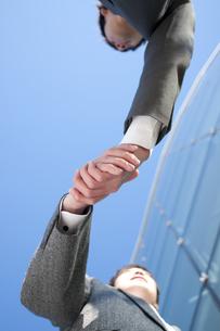 握手をするビジネスマンの手元の写真素材 [FYI04546635]