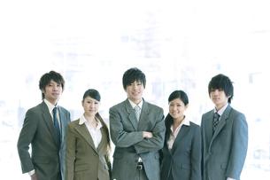 オフィスで微笑むビジネスマンとビジネスウーマンの写真素材 [FYI04546648]