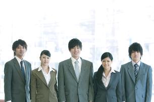 オフィスで微笑むビジネスマンとビジネスウーマンの写真素材 [FYI04546650]