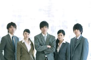 オフィスに並ぶビジネスマンとビジネスウーマンの写真素材 [FYI04546652]