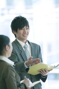 打合せをするビジネスマンとビジネスウーマンの写真素材 [FYI04546658]