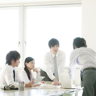 打合せをするビジネスマンとビジネスウーマンの写真素材 [FYI04546689]