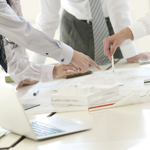 打合せをするビジネスマンとビジネスウーマンの手元の写真素材 [FYI04546696]