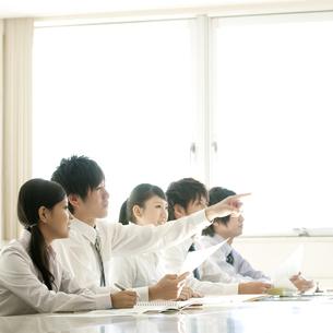 プレゼンを聞くビジネスマンとビジネスウーマンの写真素材 [FYI04546727]