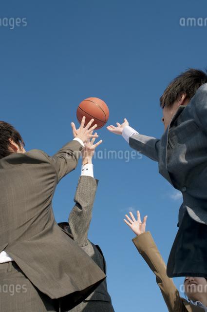 バスケットをするビジネスマンとビジネスウーマンの写真素材 [FYI04546742]