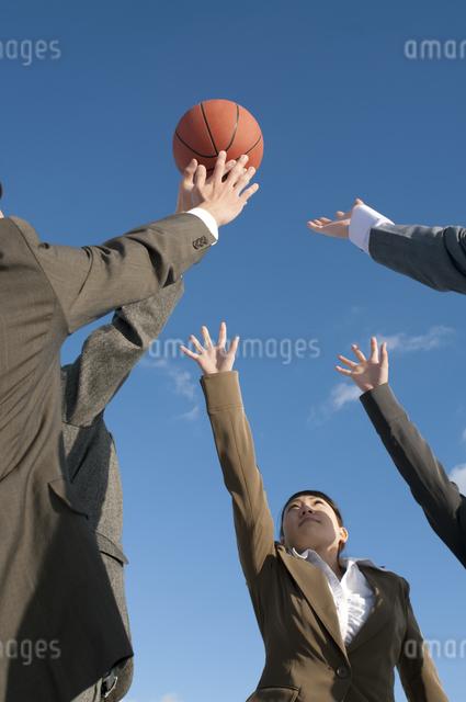 バスケットをするビジネスマンとビジネスウーマンの写真素材 [FYI04546743]