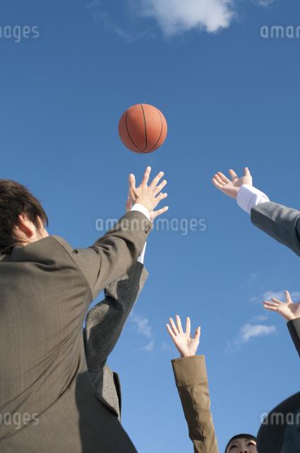 バスケットをするビジネスマンとビジネスウーマンの写真素材 [FYI04546745]