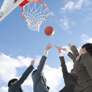バスケットをするビジネスマンとビジネスウーマンの写真素材 [FYI04546752]