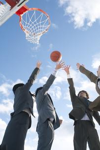 バスケットをするビジネスマンとビジネスウーマンの写真素材 [FYI04546756]