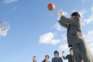 バスケットをするビジネスマンとビジネスウーマンの写真素材 [FYI04546757]