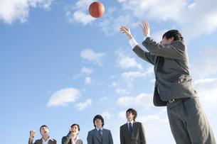 バスケットをするビジネスマンとビジネスウーマンの写真素材 [FYI04546759]