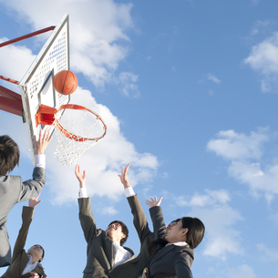 バスケットをするビジネスマンとビジネスウーマンの写真素材 [FYI04546760]