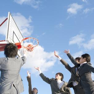 バスケットをするビジネスマンとビジネスウーマンの写真素材 [FYI04546761]