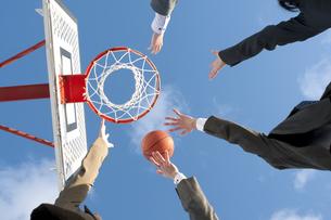 バスケットをするビジネスマンとビジネスウーマンの手元の写真素材 [FYI04546764]