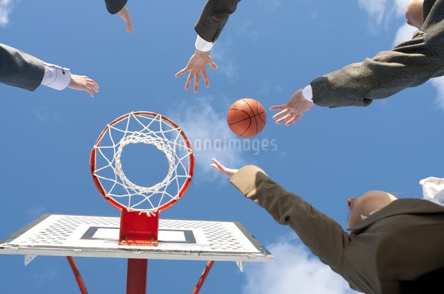 バスケットをするビジネスマンとビジネスウーマンの手元の写真素材 [FYI04546765]