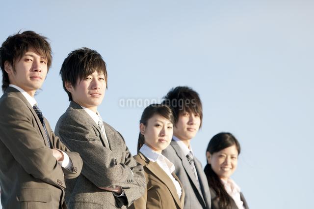 微笑むビジネスマンとビジネスウーマンの写真素材 [FYI04546779]
