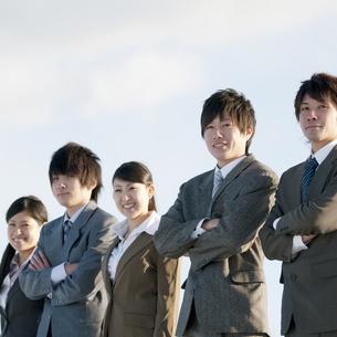 微笑むビジネスマンとビジネスウーマンの写真素材 [FYI04546784]