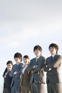微笑むビジネスマンとビジネスウーマンの写真素材 [FYI04546787]
