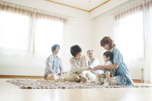 リビングでくつろぐ3世代家族の写真素材 [FYI04546816]
