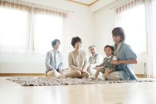 リビングでくつろぐ3世代家族の写真素材 [FYI04546818]