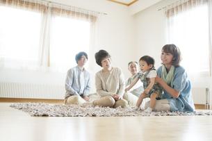 リビングでくつろぐ3世代家族の写真素材 [FYI04546819]