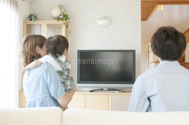 テレビを見る親子の後姿の写真素材 [FYI04546829]