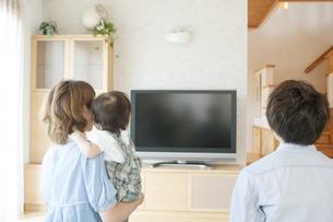 テレビを見る親子の後姿の写真素材 [FYI04546830]