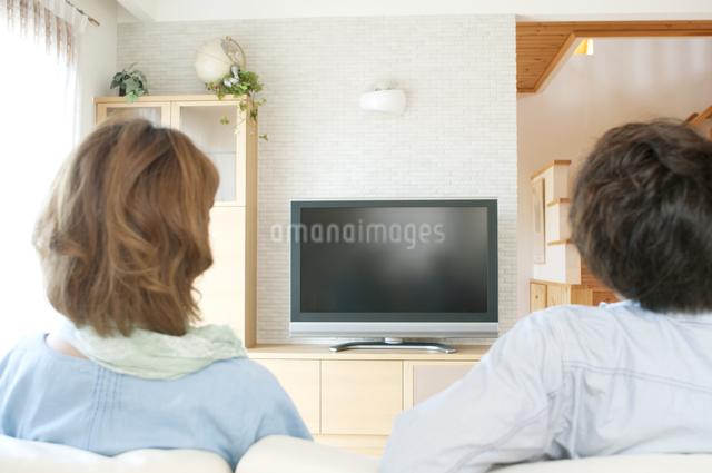 テレビを見る夫婦の後姿の写真素材 [FYI04546831]
