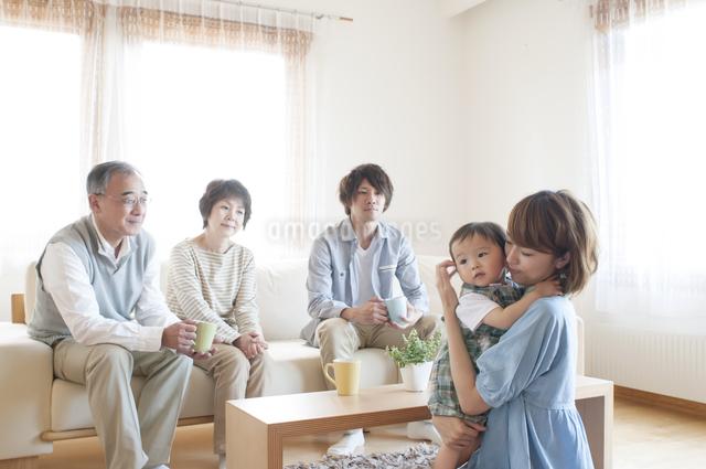 リビングでくつろぐ3世代家族の写真素材 [FYI04546836]