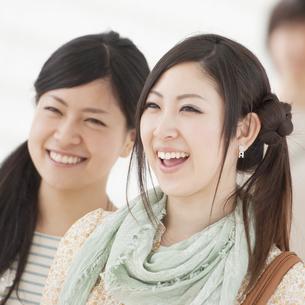 微笑む2人の女性の写真素材 [FYI04546858]