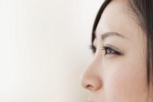 女性の横顔の写真素材 [FYI04546863]