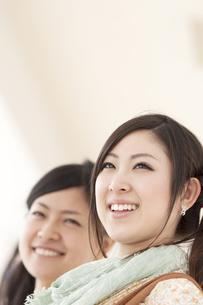 微笑む2人の女性の写真素材 [FYI04546870]