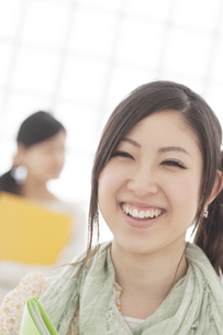 微笑む女性の写真素材 [FYI04546891]