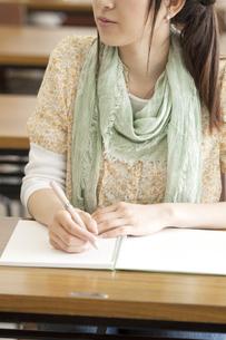勉強をする大学生の手元の写真素材 [FYI04546938]
