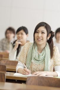 勉強をする大学生の写真素材 [FYI04546949]