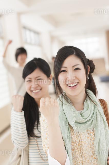 大学の廊下でガッツポーズをする大学生の写真素材 [FYI04546981]