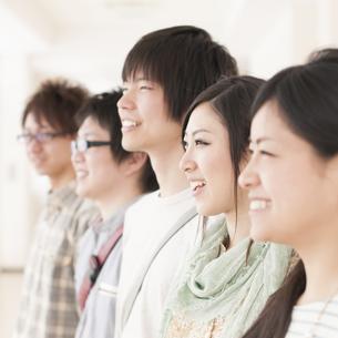 微笑む大学生の横顔の写真素材 [FYI04546989]