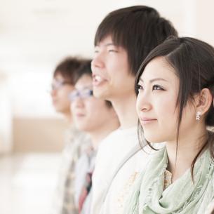微笑む大学生の横顔の写真素材 [FYI04546990]