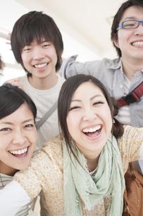 笑顔の大学生の写真素材 [FYI04547008]