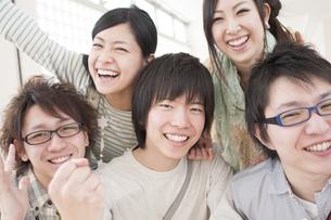 笑顔の大学生の写真素材 [FYI04547011]