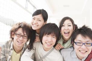 笑顔の大学生の写真素材 [FYI04547015]