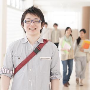 大学の廊下で微笑む大学生の写真素材 [FYI04547019]