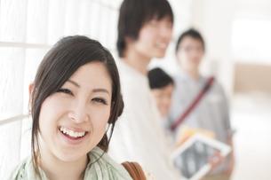 大学の廊下で微笑む大学生の写真素材 [FYI04547034]