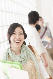 大学の廊下で微笑む大学生の写真素材 [FYI04547038]