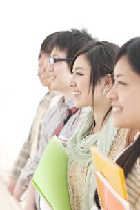 微笑む大学生の横顔の写真素材 [FYI04547058]