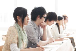 勉強をする大学生の写真素材 [FYI04547096]