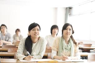 勉強をする大学生の写真素材 [FYI04547101]