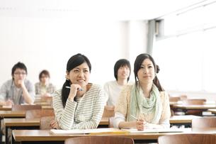 勉強をする大学生の写真素材 [FYI04547104]