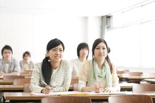 勉強をする大学生の写真素材 [FYI04547111]