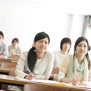 勉強をする大学生の写真素材 [FYI04547113]